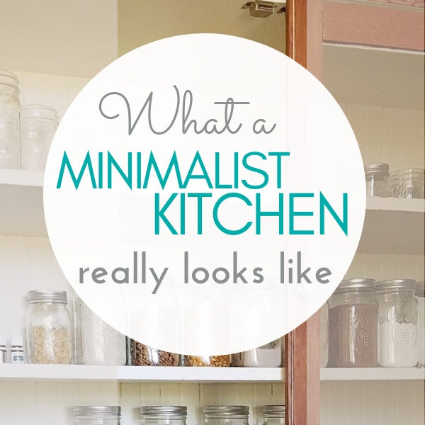 What does a minimalist kitchen actually look like? Peek at pictures of my simple, decluttered family kitchen! || kitchen organization | organizing tips | #minimalism #minimalist #decluttering #homeorganization